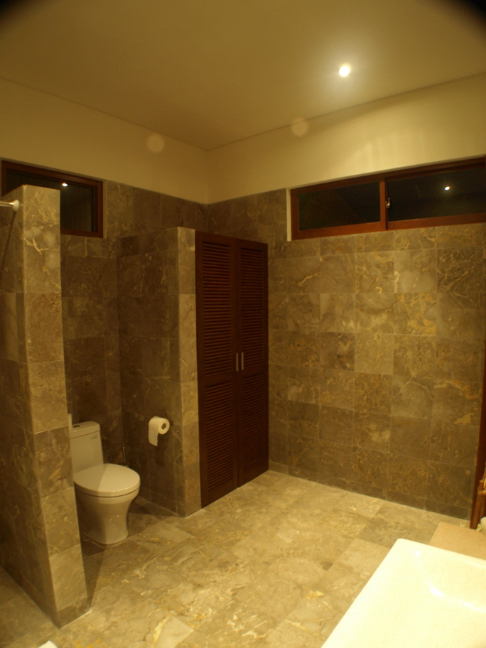 Bathroom at the front